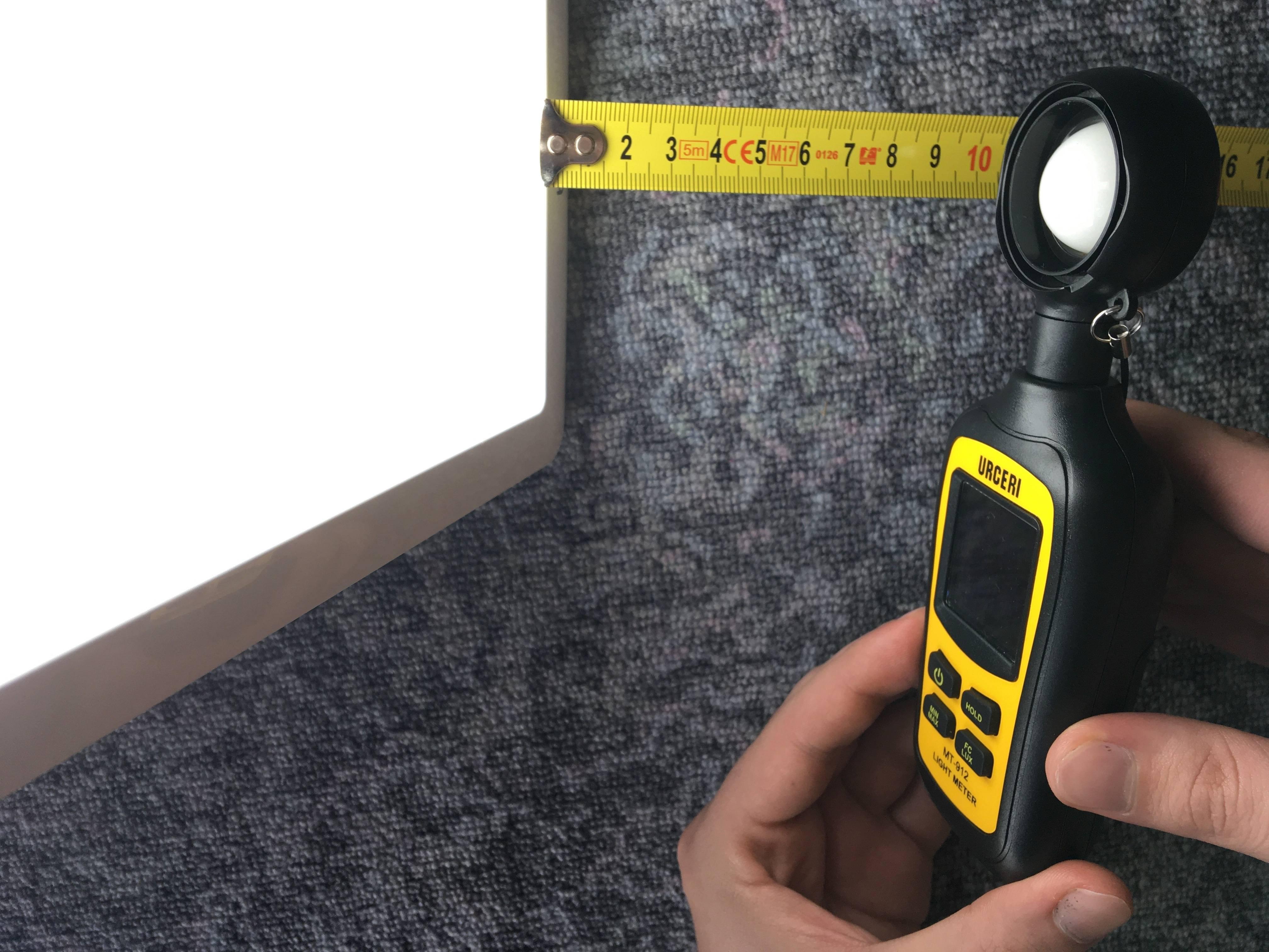 Messung der Lichtausbeute (Lux) mit einem Luxmeter